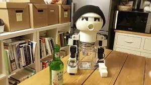 Utált egyedül inni, készített egy piáló robotot!
