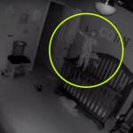 A kiságy korlátján egyensúlyozott a kisbaba az éjszaka közepén