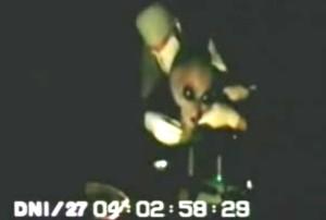 Sokkoló videó egy sebesült földönkívüli kihallgatásáról