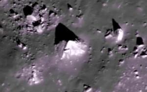 Szabályos piramist fedeztek fel a Holdon!