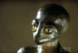 Embernek álcázta magát a földönkívüli, élő adásban bukott le!