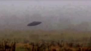 Klasszikus repülő csészealj lebegett elő egy angliai mocsárból