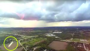 Különös repülő tárgyak száguldottak elő a felhőkből egy drón kamerája előtt!