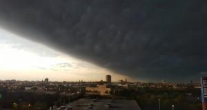 Világvége felhő borította éjszakai sötétségbe kora reggel egész Chicagót