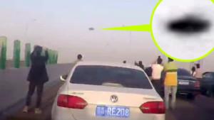 Megbénult az autópálya Kínában: mindenki az ufót videózta