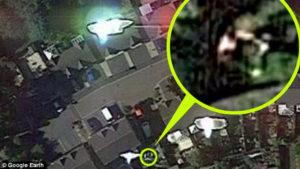A Google Earth műholdja lefotózta, amint egy embert elrabolnak az idegenek