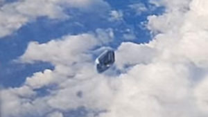 UFO követte az utasszállító repülőgépet – az utasok az ablakból videózták