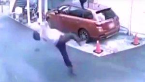 Sokkoló videó: láthatatlan tárgy ütött el egy utcán sétáló férfit