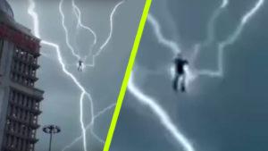 Sokkoló felvétel: Épp a lebegő embert videózták, amikor belécsapott a villám… többször is!