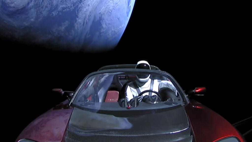 A földönkívüliek is kíváncsiak voltak az űrbe lőtt Tesla sportautóra…
