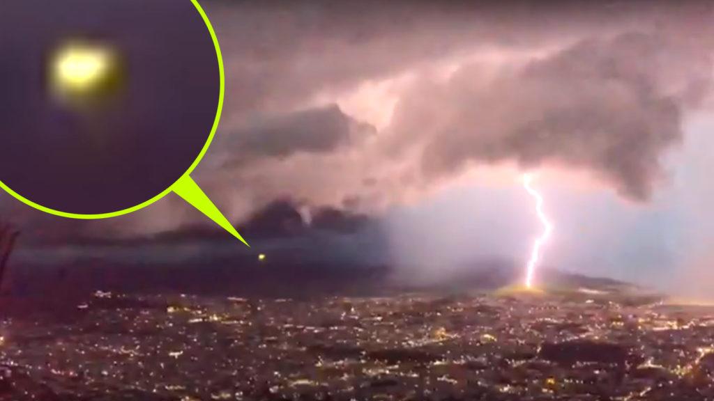 Felizzott a villámcsapástól a viharfelhőből előszáguldó UFO