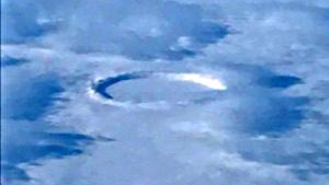 Repülőgép ablakából, felülről fotóztak le egy álcázott UFO-t…