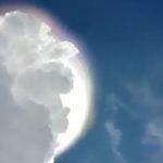 Szájtátva figyelték az utcáról: félelmetes jelenség bukkant ki a felhők közül