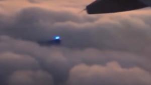 Kéken ragyogó fényt videózak a felhők felett egy repülőből