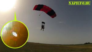 Ufót fotózott a magyar háziasszony ejtőernyőzés közben