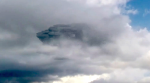 Elképesztő méretű szikla lebegett a felhők közt Peruban