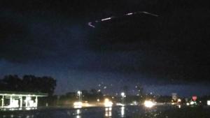 Különös négyszögletű UFO-t fényképeztek egy tornádófelhőben