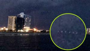 UFO-anyahajó rejtőzött a villámokat szóró viharfelhőben