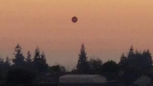 """""""Egy óriási fekete gömb lebegett a szomszédaim háza felett!"""" (videó)"""